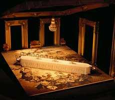 Scene, kulisser og stemning ved oppsettingen av dramaet Festen på Nationaltheatret. Det spesialproduserte Ege-teppet danner faktisk et midtpunkt.