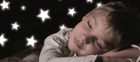 Barn kan være glade i å ha litt lys på soverommet. Selvlysende produkter kan i nattemørket gi en positiv dytt til barns livlige fantasi. Lysende stjerner, sommerfugler og andre hyggelige barnemotiver gir gode følelser når barnet skal sove.