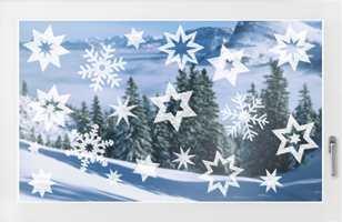 Hva skaper vel ikke mer julestemning enn hvit snø? Vil du ha snøkrystaller i vinduet ditt, eller kanskje julekuler, kan dette selvklebende tekstilet være det lille som skal til.
