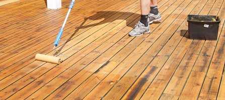 Fargepigmentene i beis beskytter treverket mot sol og regn. Hvor ofte du må vedlikeholde treplattingen på terrassen avhenger helt og fullt av hvor godt behandlingen trekker inn. Best resultat når du med kvalitetsbeis - påført på riktig måte.