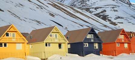 Når fargene brukes bevisst, tilfører de landskapet en ekstra kvalitet. Slik som her, hvor Grete Smedal har jobbet på lag med både natur og arkitektur på Svalbard.