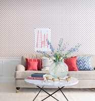 Det er gøy å tapetsere! Farger og mønstre kommer rask opp på veggen.
