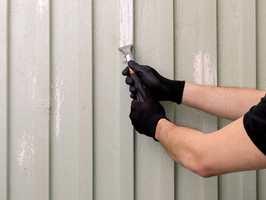 Gammel, løs maling må skrapes vekk før ny behandling påføres.