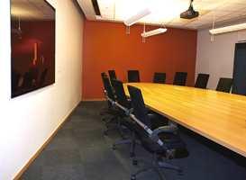 Teppefliser i møterom på Forus. Fliser gjør det enkelt å skifte deler av gulvet.