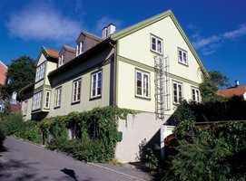 Hus i sveitserstil, eller tilnærmet sådan, «forlanger» at konstruksjonen markeres. Her en forsiktig markering i en dypere tone av fasadefargen.