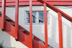 <b>PLEIE:</b> Tre trenger pleie. Etter mange år ble rekkverket malt som huset og trinnene oljet. (Foto: Bjørg Owren/ifi.no)