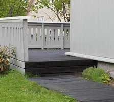 <b>BEIS:</b> Terrassebeis eller terrasseolje trekker inn i treverket. Med re-beising hvert eller annethvert år holder det seg fint lenge. (Foto: Bjørg Owren/ifi.no)