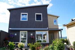 I moderne arkitektur er det få detaljer. En markering av vinduene gjør dem større.