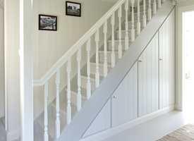 <b>DISKRET:</b> Fra åpent og rotete til skreddersydde skap, som er malt i trappens farger for ikke å stikke seg ut. Panelte dører, som ligner veggene, gjør at de glir enda mer inn i interiøret. (Foto: Espen Grønli/ifi.no)