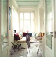 <b>SOFISTIKERT:</b> Kraftige tekstilkvaliteter tilfører et lunt uttrykk, og fargene gir tyngde til rommet. Gulvflisene har en sydlandsk touch.