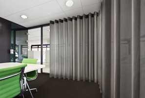 <b>BALANSE:</b> Enten det er kontorer, konserthaller eller hjemme I stua, vil tekstilene påvirke lydforholdene. Et teknisk tekstil vil balansere lyden og dempe akustikken i rommet. (Foto: INTAG)