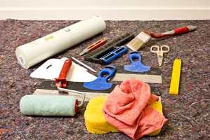 <b> RASKT FERDIG: </b> Forarbeidet er det samme, uansett om du skal male eller tapetsere, men med tapet blir du ferdig i ett arbeidsmoment deretter. (Foto: Borge)