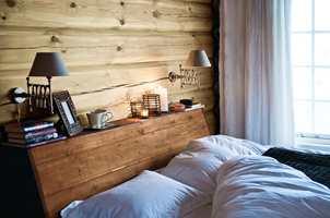 <b>LUNT OG HYGGELIG </b> Tømmeret har en lun farge; 13 Skumring. Hodegjerdet i en brunere variant; 20 Stølsbrun. Begge deler er beiset med Tyrilin Interiørbeis. (Foto: Tyrilin)