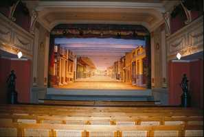 Fredrikshalds Teater er vårt eneste gjenværende komplette barokkteater. Dekorasjonene og fargeholdningen refererer seg til en hovedoppussing i 1916.
