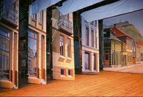 Dekorasjonene på det skrå scenegulvet er malt av Ola Berglund og forestiller Storgata i Halden på 1950/60-tallet. Scenedekorasjonene er utført i en spesiell teknikk som gjør at balkonger og åpne vinduer nærmest fremtrer tredimensjonale når de ses fra salen.