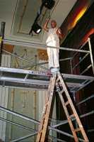 Malermester Bjørn Andersen, Sarpsborg, i ferd med å pynte på dekorasjonene i taket.