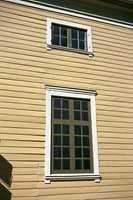 Empiretidens krav til harmoni førte til at man tok i bruk arkitektoniske virkemidler som bl.a. falske vinduer i deler av første etasje.