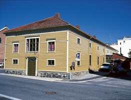 Teateret ble i sommer pusset opp utvendig. Det ble brukt linoljemaling med farger spesialblandet av malermester Knut Erik Lislerud.