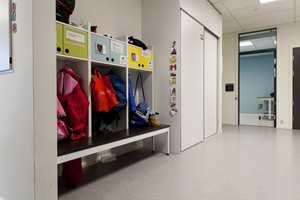 <b>INDIVIDUELT:</b> Elevene på Frydenhaug har ofte med seg mye utstyr. Derfor er garderobene spesialbygd. Hver elev sin garderobeplass er også individuelt tilpasset, med for eksempel illustrasjoner som viser hvordan eleven skal kle på seg.