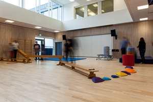 <b>VIKTIG GULV:</b> Aktivitetssalen er en viktig arena der elevene kan bevege seg og utføre fysiske øvelser. Salen er også utstyrt med rulleamfi, der man kan dra ut stolene og ha forelesninger og møter, eller vise film.