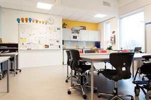 <b>ULIKT BEHOV:</b> Klasserommene består av ett stort undervisningsrom, med flere mindre rom rundt. Her kan elevene trekke seg tilbake for å slappe av eller jobbe litt alene, alt etter hva de har behov for.