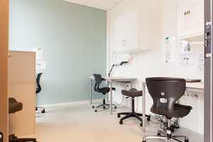 <b>VINYL:</b> I store deler av skolebygget er det lagt vinylgulvet iQ Optima fra Tarkett. Det er et ftalatfritt og holdbart homogent vinylgulv, som med sin høye slitestyrke, lange levetid og enkle rengjøringsmetoder er særlig egnet for skoler og sykehus.