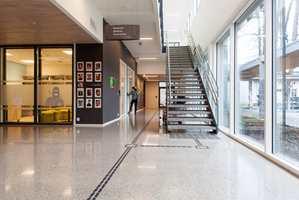 <b>MATT:</b> Noen av elevene med synsforstyrrelser kan reagere på refleksjoner i blanke flater. Derfor er alle vegger i bygget malt med matt maling.