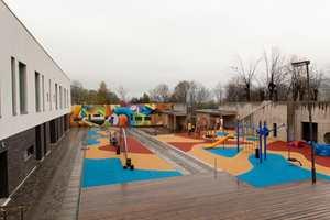 <b>LEK FOR ALLE:</b> Lekeplassen utenfor inngangspartiet er bygget spesielt for rullestolbrukere. Her er alt tilpasset dem som er avhengig av rullestol. Nedenfor skolen er lekeplassen utformet for de mer aktive elevene.