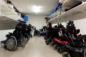 <b>GARASJE:</b> Frydenhaug er den eneste skolen i landet med egne rullestolgarasjer. De ville ha muligheten til å lagre utstyret slik at det ikke er i veien. Garasjene har ladere, slik at alle rullestolene er klare til bruk når de trengs.