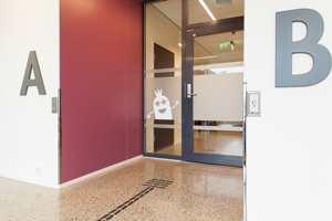 <b>TILPASSET:</b> De små detaljene er vel så viktige som de store. Døråpnere, lysbrytere og skilt er plassert lengre nede enn vanlig, slik at også elever i rullestol skal kunne nå dem med albuen. Hver av avdelingene har også en egen fargekode, og alle innganger er markert i farger. Dette gjør det enklere å orientere seg i bygget.