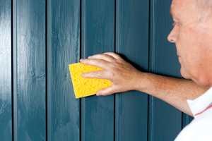 Rengjør veggen med et groft rengjøringsmiddel og en svamp, kost eller klut.