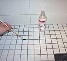 Kapillærkraften vil få impregneringen til å trekke godt inn i porene og forsegle dem, slik at vannet fra dusjen ikke kan trekke inn bak flisene.