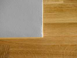 Ved fuging der gulv møter vegg eller som her en peis, brukes en fleksibel fugemasse med gode limegenskaper.