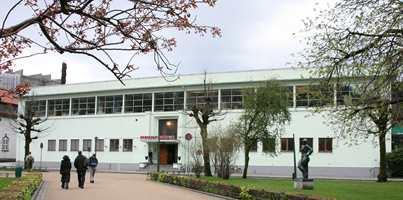 Bergen kunsthall er tegnet av arkitekt Ole Landmark 1935. Store vinduer langs hele fasaden slipper maksimalt med lys inn. Typisk er også det rette taket over inngangen og tofagsvinduene i første etasje.