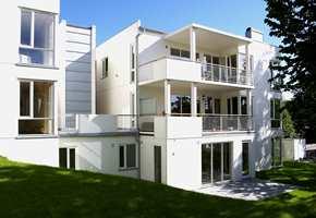 Variert bruk av materialer og farger. Bygget (med ni leiligheter) sett fra hagen...(neste bilde)