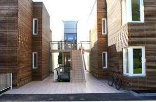 ...mens dette er samme bygg med inngangsparti og sitt treverk.
