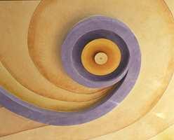 Taket i den runde restauranten på Hvalstrand bad er både formet og malt som en spiral i tidens farger.