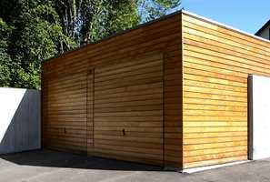 Et funkishus med garasje i samme stil - rette linjer og flatt tak.