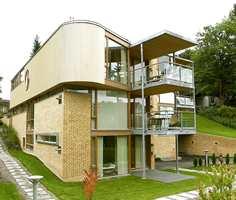 Former brytes og materialbruken varierer - murstein, treverk med smale vertikale paneler, store glassflater, stål og metallbeslag, Bygget inneholder fem leiligheter.