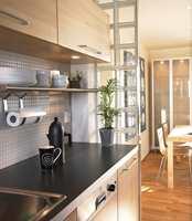 Inngangen til kjøkkenet fra entrèen ble tettet, og veggen mot stuen ble revet. Resultatet ble en åpen kjøkkenløsning ut mot spisestue og stue.