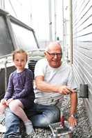 <b>DUGNAD:</b> Når hele familien stiller opp til dugnad, går malearbeidet mye raskere. Her hjelper Leah og farfar til.