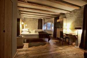 Originale tømmerkonstruksjoner er synlige i alle rom, og sammen med gamle murvegger dannes en sterk kontrast til nye og moderne elementer.