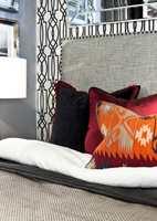 <b>ENKELT:</b> Det er enkelt å lage sin egen sengegavl også, ved å for eksempel trekke en plate i et flott tekstil. (Foto: Chera Westman/ifi.no, av Green Apple-tekstiler og -tapeter)