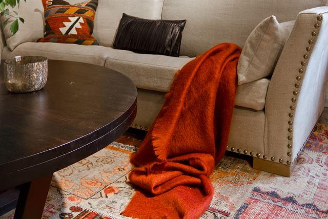 LUNT: I vinterkulda liker vi det ekstra lunt. Da er et teppe under sofaen et must, selv om vi har varmekabler i gulvet.
