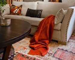<b>LUNT:</b> I vinterkulda liker vi det ekstra lunt. Da er et teppe under sofaen et must, selv om vi har varmekabler i gulvet.