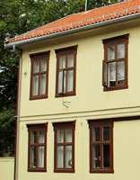 <b>HISTORISKE FARGER</b> Ny drakt, gamle farger. Johnny Spangen hos Miljømal lette i lagene, og fant gulfargen til kledningen; S 1515-Y. Nye vinduer er tro kopier av de originale, malt i S 7020-Y70R. (Foto: Boligbygg Oslo KF)