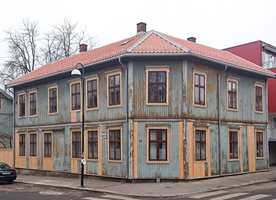 <b>UNDERVEIS</b> Løs maling er fjernet og husene er ferdig skrapt, for hånd. Dårlig panel er erstattet av malmfuru og nytt tak er lagt. Mye av den gamle malingen fikk være, som et historisk vitnesbyrd. (Foto: Boligbygg Oslo KF)