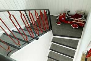 Linoleumsbelegget fra 1960-tallet er like pent. Det samme gjelder trappenesene, som i tillegg til å forhindre at man sklir, gir trinnene en tøff avslutning.