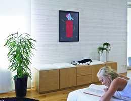 Lyst, lekkert og moderne med en overflatebehandlet vegg av panel.