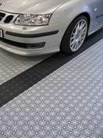 Det er enkelt å legge gulv i garasjen med plastfliser. Klikklåsesystemet gjør det også enkelt å flytte gulvet til andre steder om det trengs.